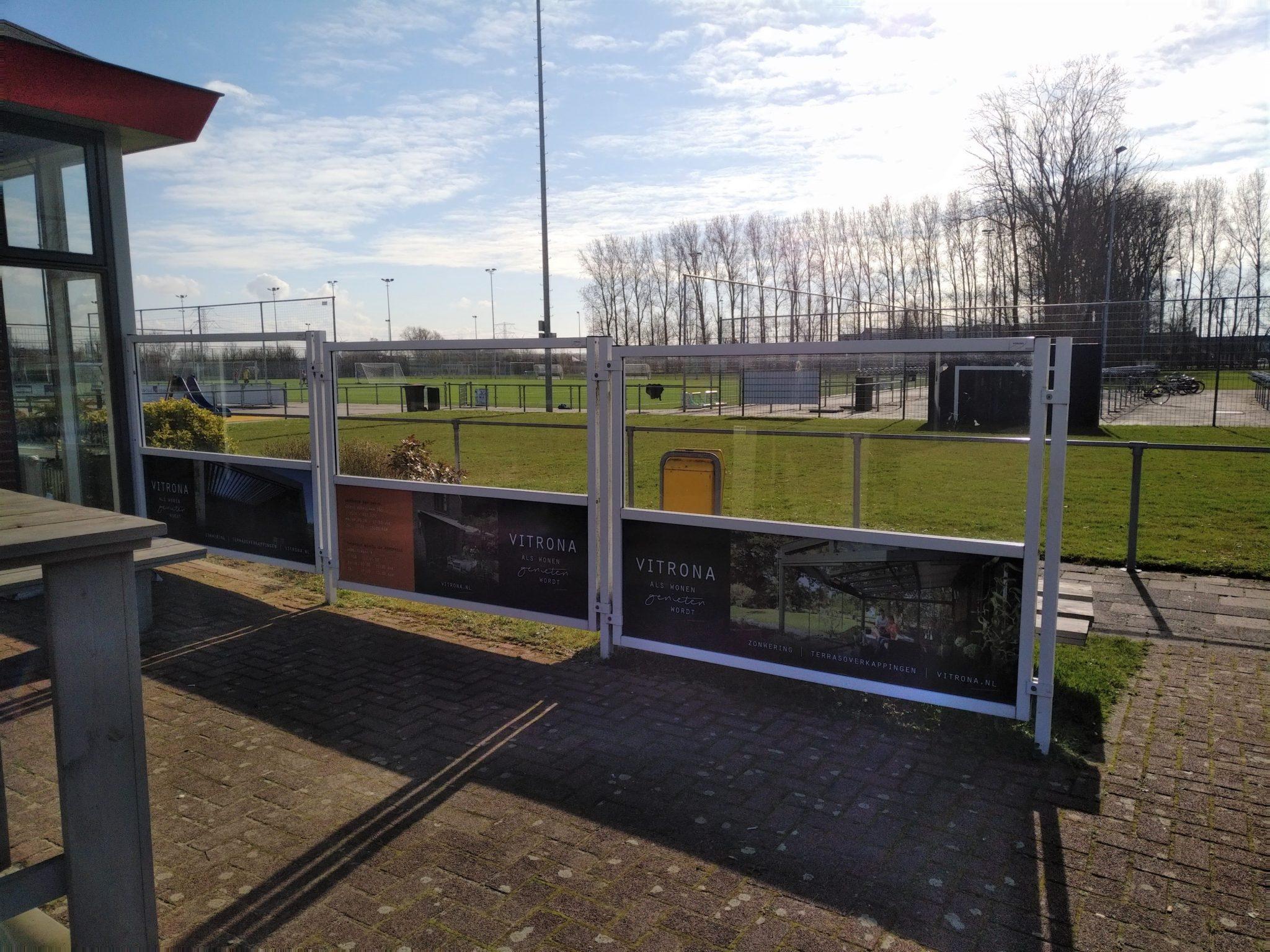 Vitrona denkt mee met de schermen op het terras en wordt tevens sponsor vv Naaldwijk