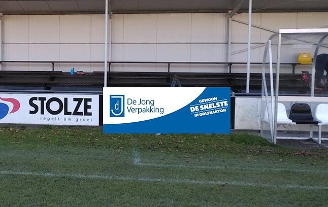 De Jong Verpakking nieuwe bord sponsor bij vv Naaldwijk