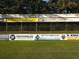 Southfields nieuwe bord sponsor bij vv Naaldwijk