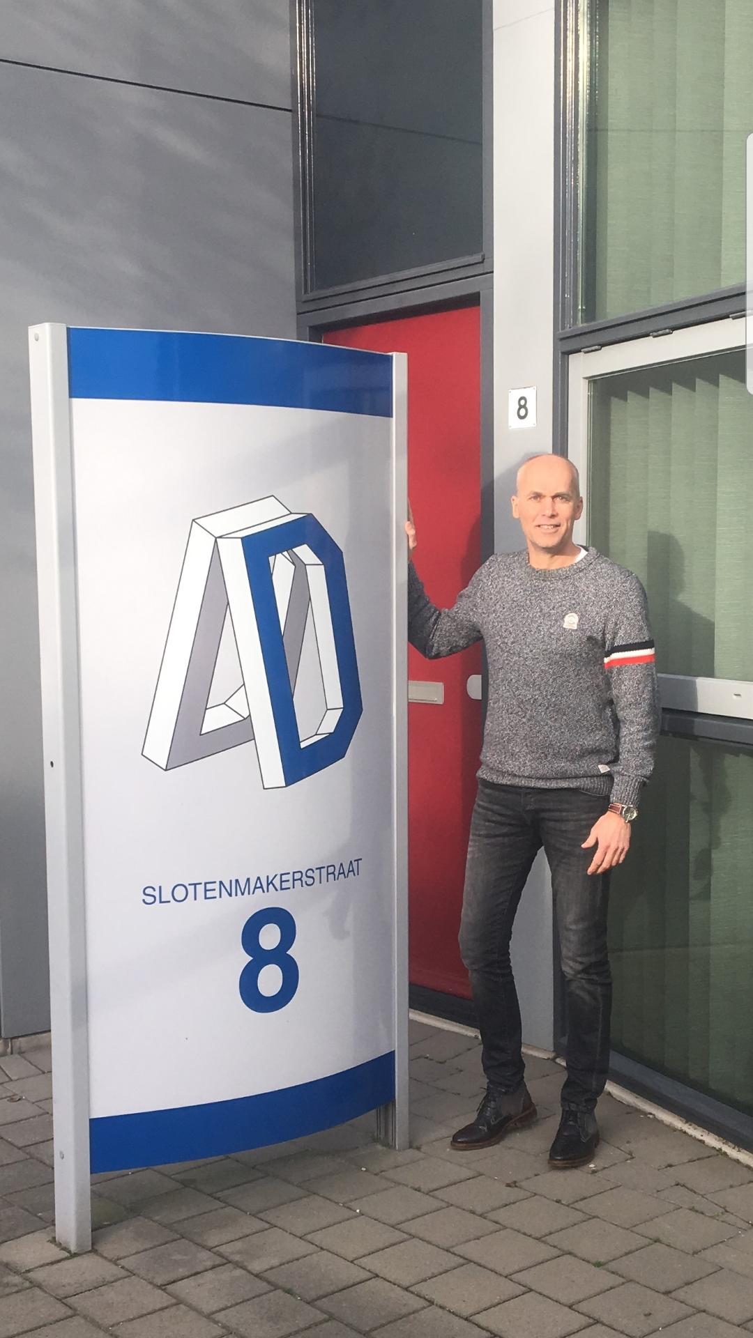 Adviesbureau Daenen sponsort bord langs veld 1